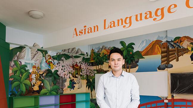 Portret van Rave Tay in zijn 'language corner'