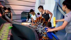 Tieners spelen met waterbaan in Hidrodoe