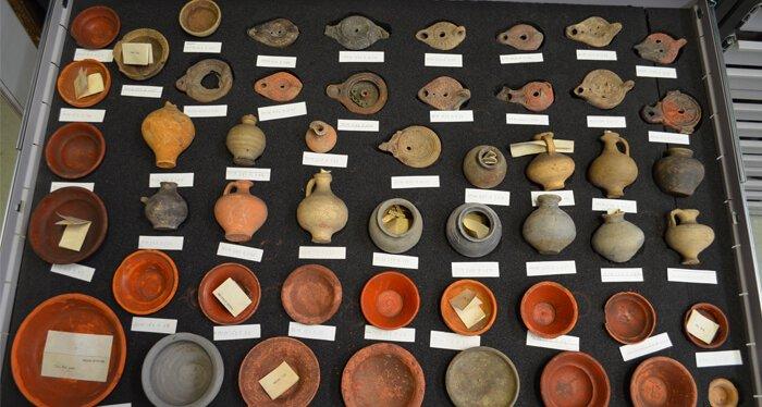 Oude keramische potjes en schoteltjes