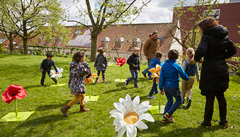 kinderen spelen in tuin op de Floraliën