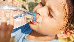 Jongen drinkt water