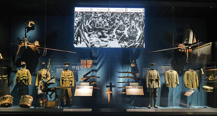 Oude kleding van soldaten, trommels, geweren