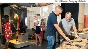 mensen in de tentoonstellingszaal van het museum van de Doudou