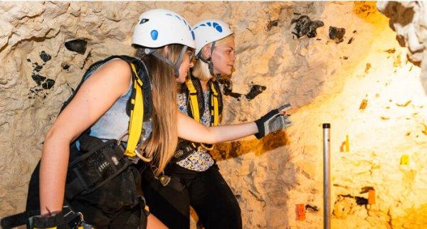 2 meisjes met helm in neolithische vuursteengroeven van Spiennes