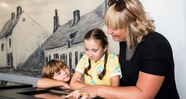 vrouw met kindjes in het huis Van Gogh