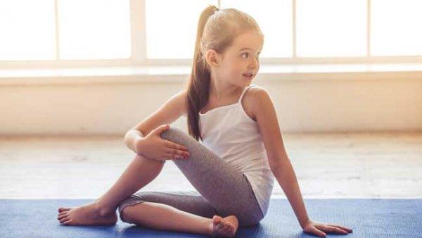 Meisje doe Yoga-houding op turnmat