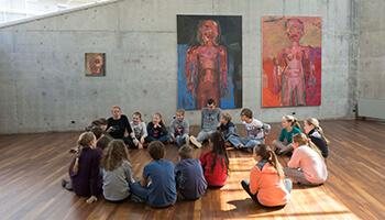 publiek neemt deel aan workshop in een tentoonstelling
