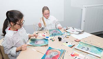 2 kinderen schilderen hun eigen kunstwerk