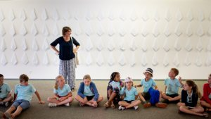 Kinderen voor kunstwerk met witte zakdoeken