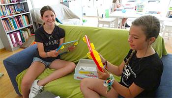 2 meisjes tijdens een workshop bij taalgraag