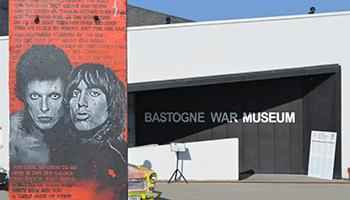 kunstwerk voor de ingang van het 'bastogne war museum'