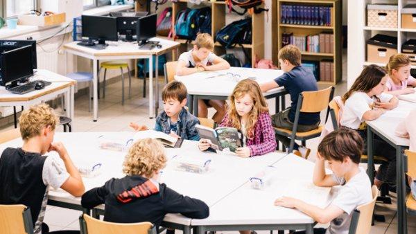 Leerlingen zitten te lezen in de klas