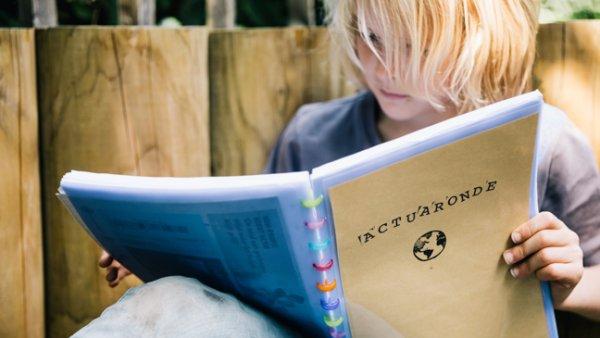 Jongen leest in actuamap
