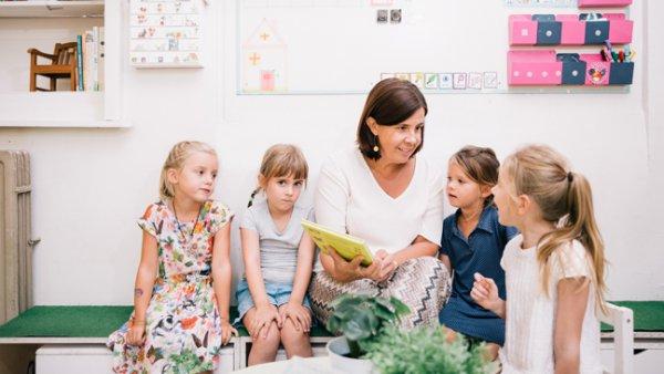 Directeur Elke Van der Auwera tussen kinderen