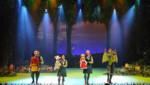 Acteurs met poppen spelen een musical in de efteling
