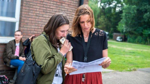 Pedagogisch coördinator Ellen in gesprek met een leerling