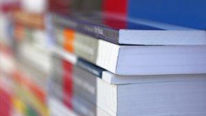 stapels schoolboeken