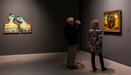 Man kijkt naar werk van Dali