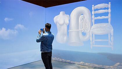Man kijkt naar werk van Magritte