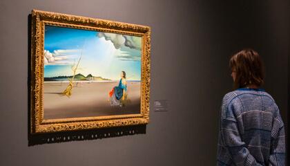 vrouw kijkt naar werk van Dali