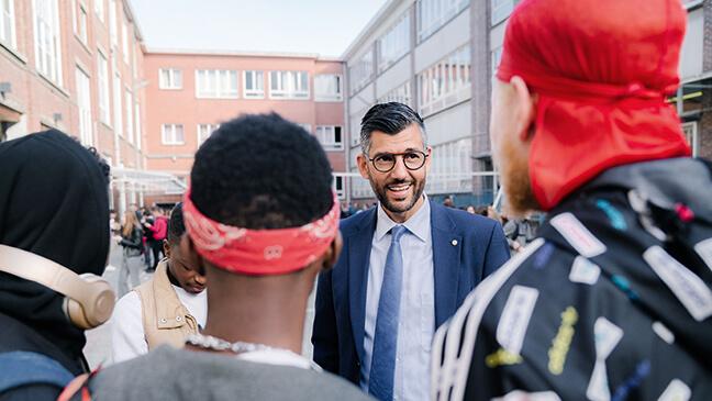 directeur bso-/tso-campus Wim Verhaeghe bij zijn leerlingen