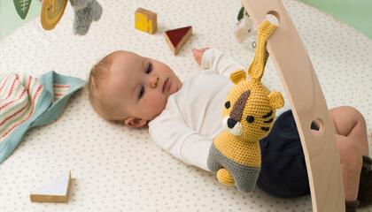 Kindje speelt op speelmat