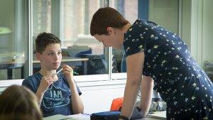 leraar wiskunde Elke Vanacker bij een leerling
