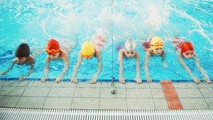 kinderen in het zwembad tijdens de zwemles