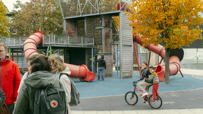 startende leraren tijdens inleefwandeling bij speelpleintje in Molenbeek