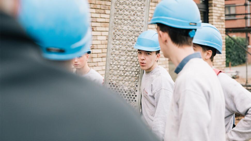 STEM-school: leerlingen met helmen op de werf