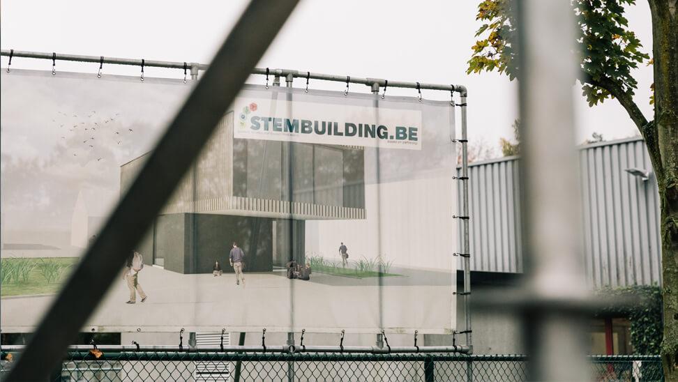 STEM-building: Render van het nieuwe gebouw hangt aan een hek voor het gebouw