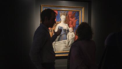 bezoekers voor een schilderij