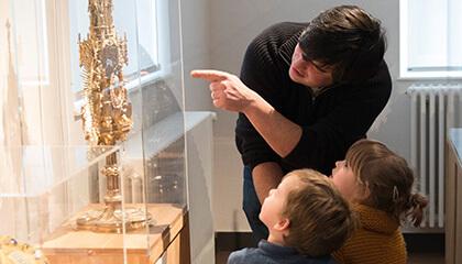 bezoekers aan de expo 'stille getuige'