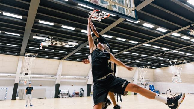 Jongeren spelen basketbal op de topsportschool