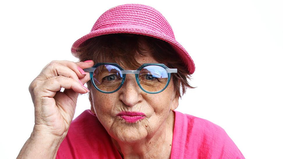 vrouw met blauwe bril