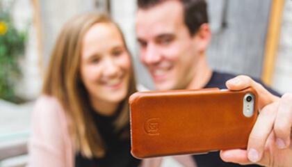 Mensen nemen een selfie met een gsm in een hoesje van Deejoux