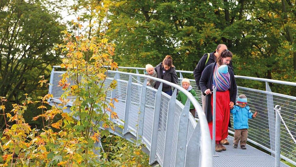 wandelaars op brug