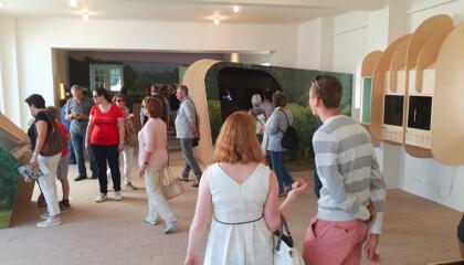 bezoekers in Onthaal- en belevingscentrum Hoge Mote