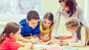 leraar in de klas maakt huiswerk met haar leerlingen