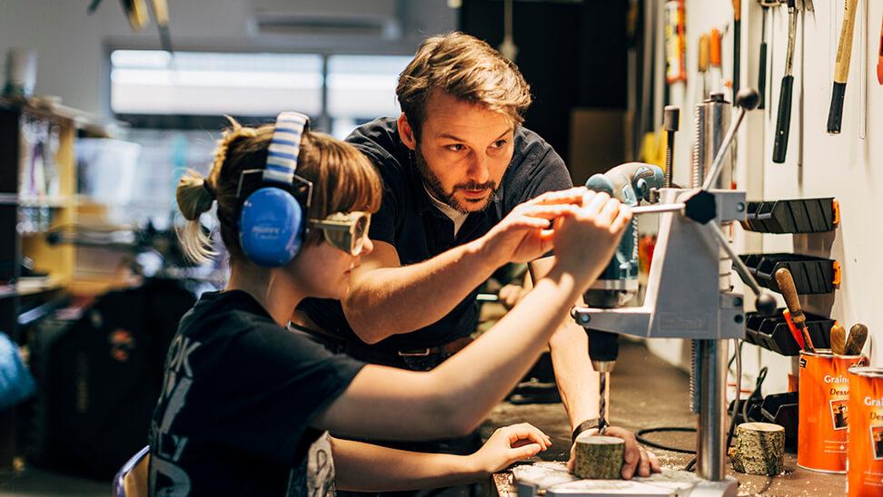 Richard Papens, leraar techniek BuBao De Veerboot, met een leerling aan de draaibank