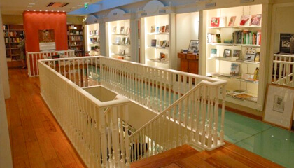 Bovenverdieping van boekenhandel 't oneindige verhaal