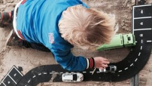 kind speelt met autootjes