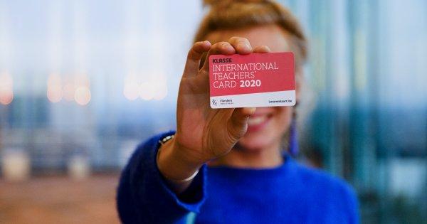 Meisje toont rode Lerarenkaart 2020