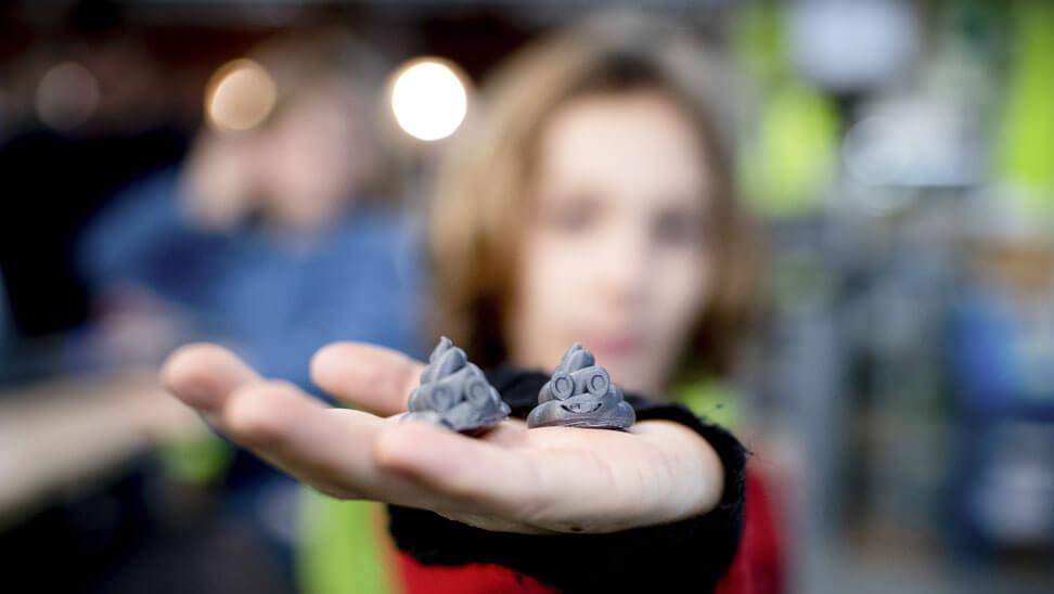 De leerlingen maken een 3D-print van kakjes.
