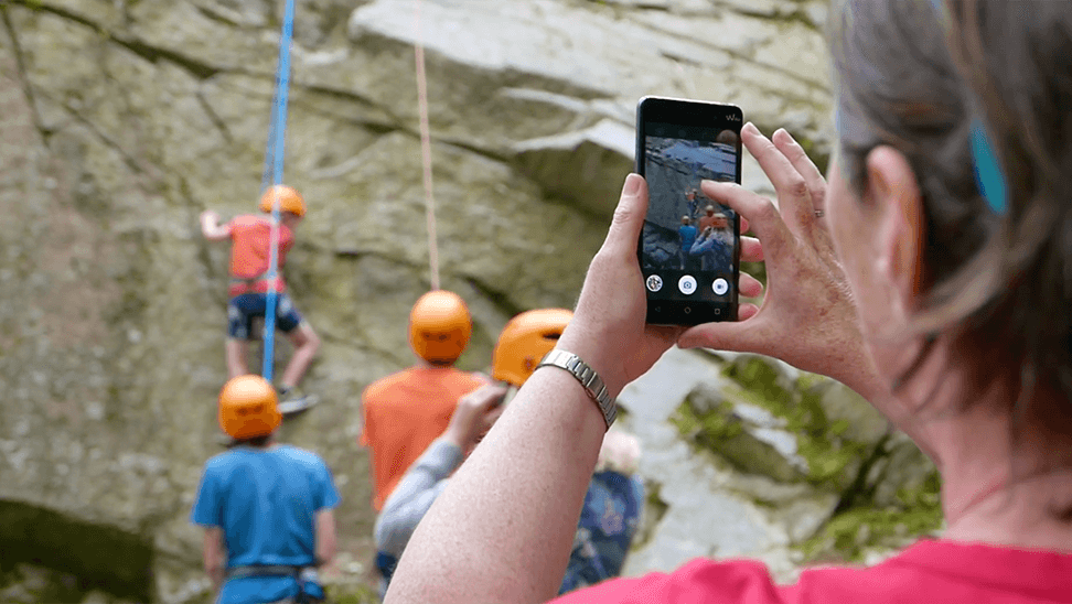 Vrouw neemt foto van bergbeklimmers