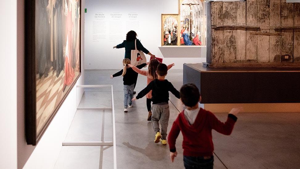 Kinderen lopen in een rij in M-Museum Leuven