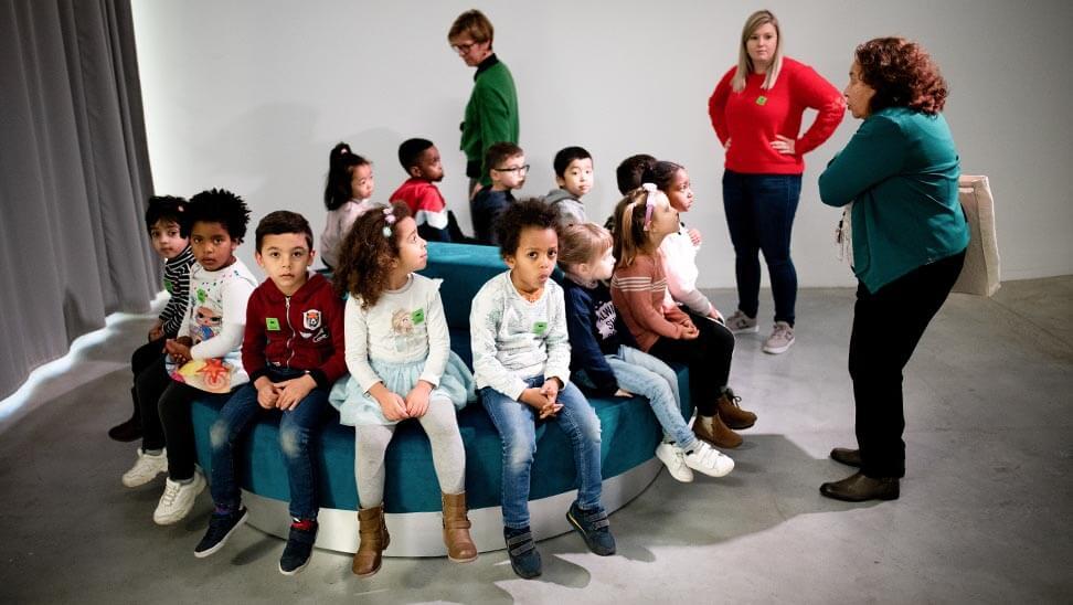 Kinderen zitten bij elkaar in M-Museum Leuven