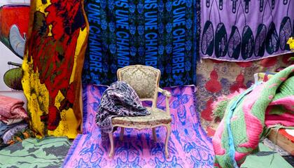 installatie met stoel en veel kleuren