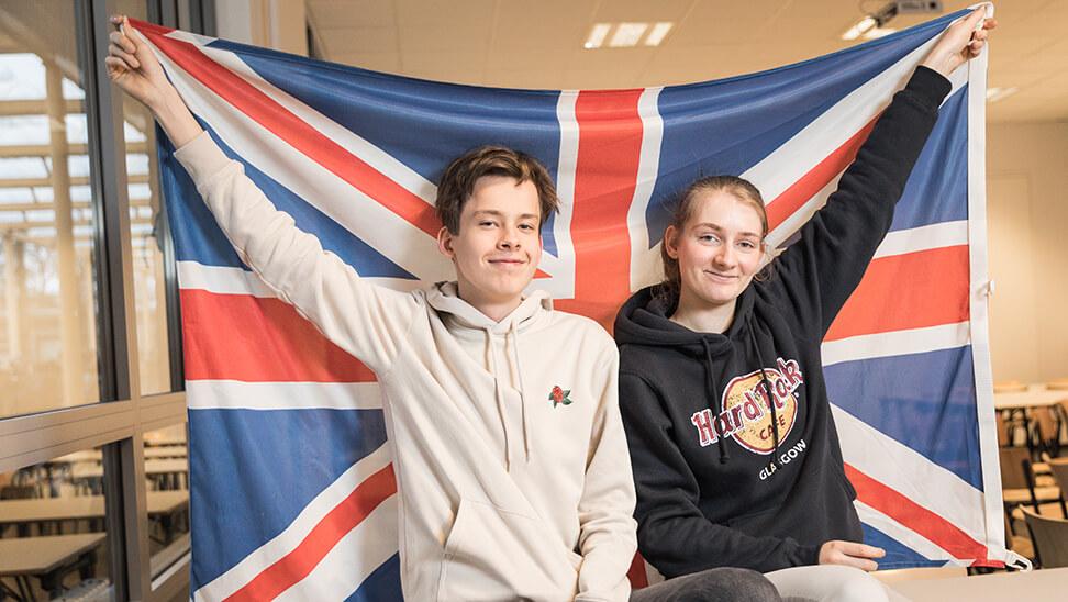 leerlingen Lowie en Liesbeth met een Engelse vlag