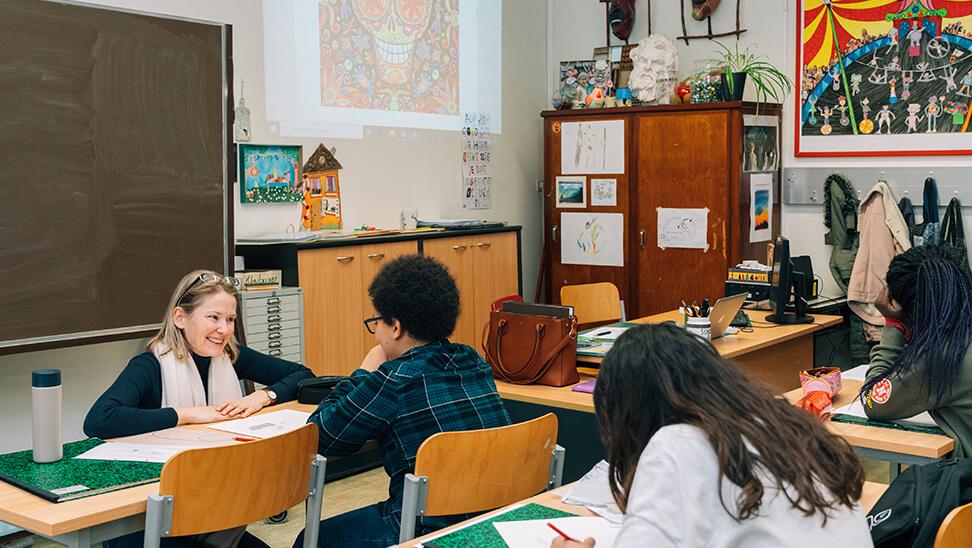 Gesprek tussen leraar en leerling op Don Bosco Groenveld